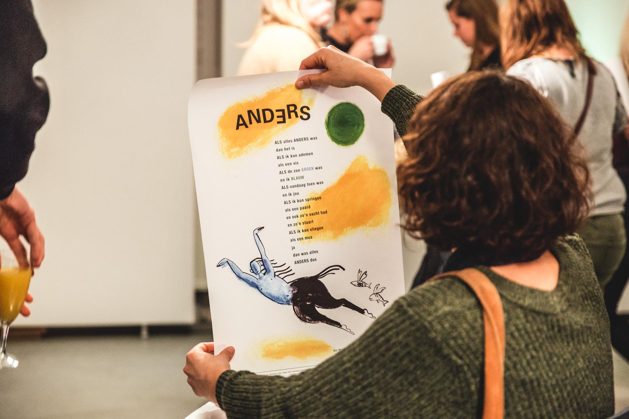 vrouw houdt poster vast met daarop een gedicht