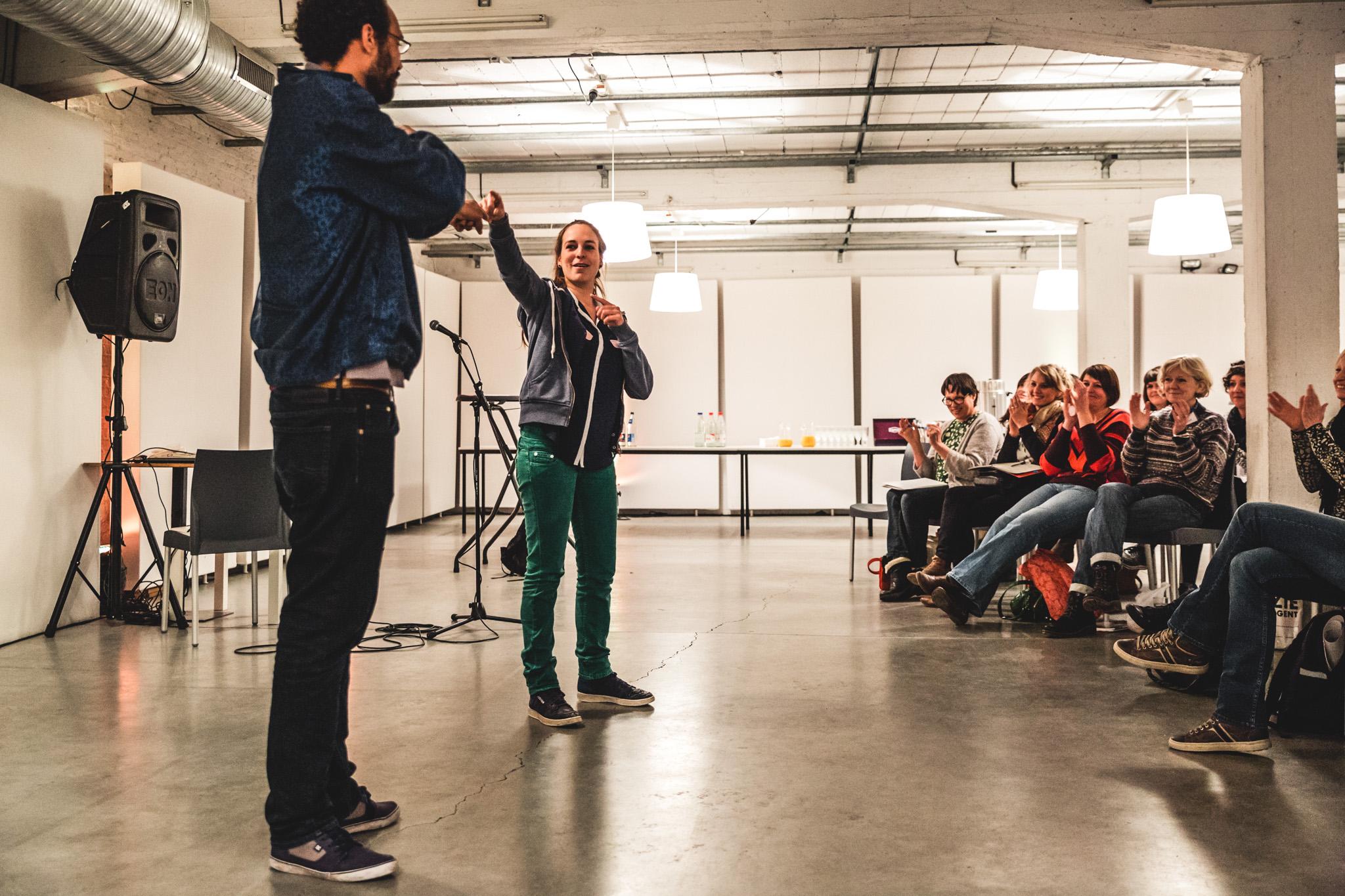 twee poëzieperformers brengen een slamgedicht voor een publiek