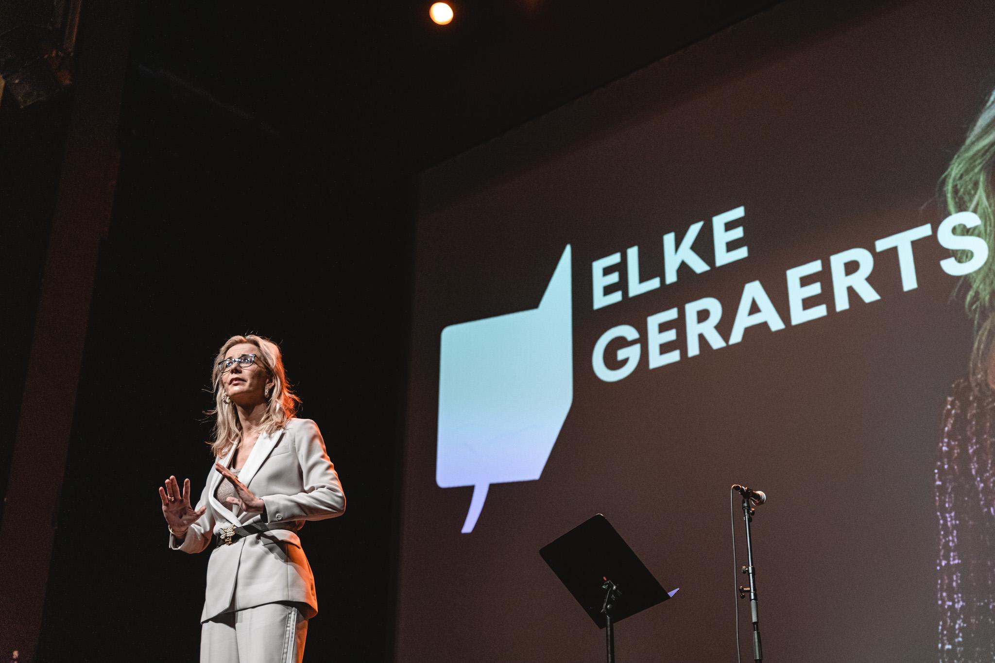 Elke Geraerts staat op het podium in Vooruit Gent
