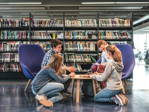 Lezende kinderen in bibliotheek