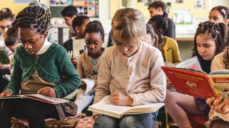 Lezende kinderen in de klas