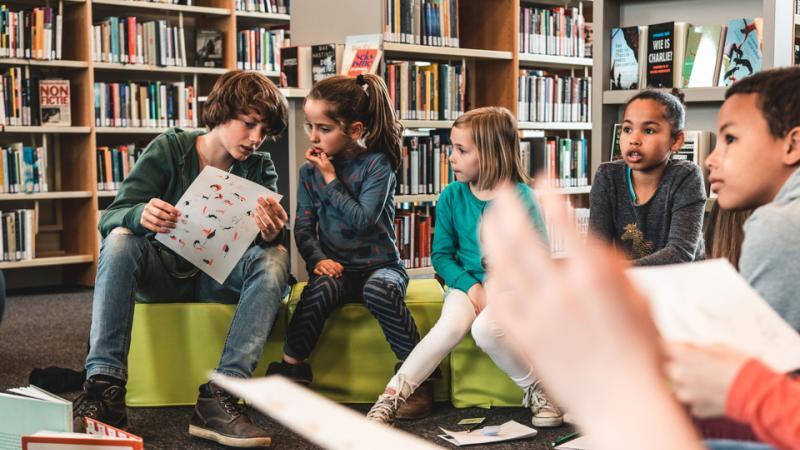 Kinderen op een auteurslezing in de bib
