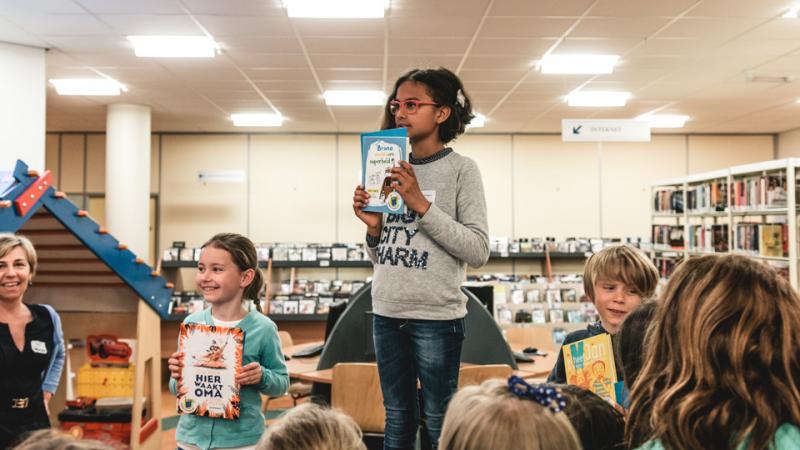 Leden van de kinder- en jeugdjury krijgen op het slotfeest in de bibliotheek te horen welke boeken als winnaar werden gekozen
