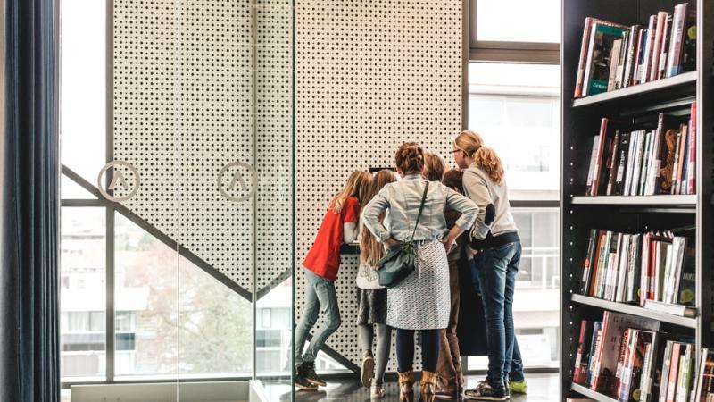 jongeren brengen een bezoek aan de bibliotheek