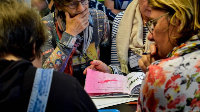 leerkrachten volgen een workshop rond boeken