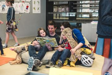 gezin leest voor