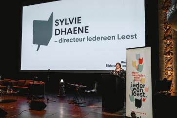 Directeur Sylvie Dhaene verwelkomt het publiek
