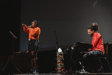 Lisette Ma Neza en Neil Akenzua zorgen voor ontroerende poëtische intermezzo's