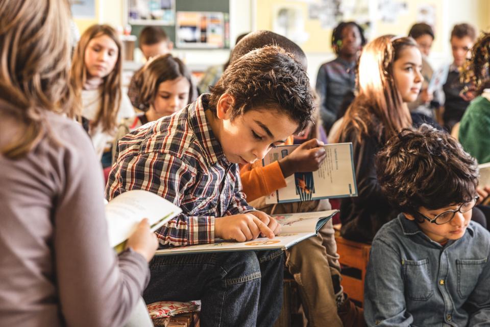 Lezende jongen in de klas