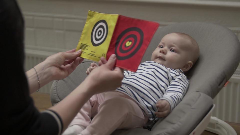Baby ontdekt een knisperboekje
