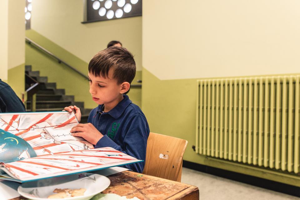 leerling leest in een prentenboek