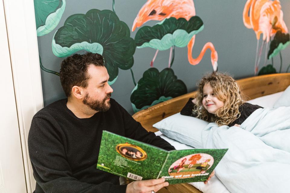 Gregory Frateur leest voor aan Lola