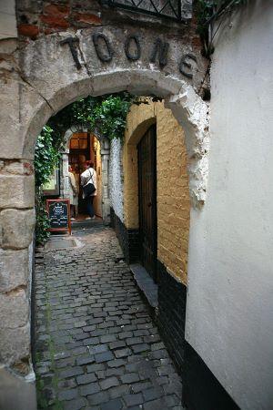 De ingang van het marionettentheater Toone in de Schuddeveldgang aan de Rue des Bouchers.