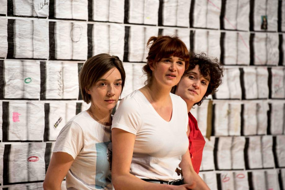 Drie Griekse verhalen door drie vrouwen in (min of meer) drie kwartier - Sara Haeck, Lola Bogaert, Yinka Kuitenbrouwer - kunstencentrum nona © Denis Van Laeken