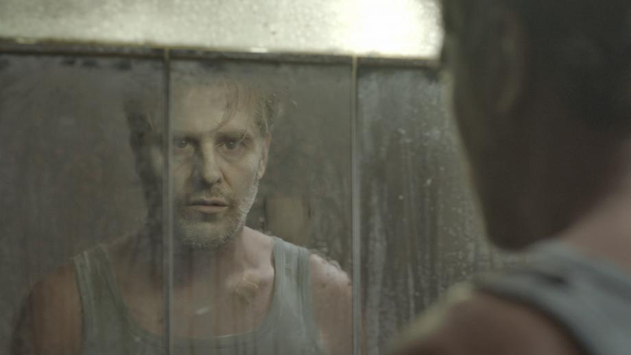 """Tom Vermeir als Dave in """"Hotel Poseidon"""" - Abattoir Fermé © Geert Verstraete"""