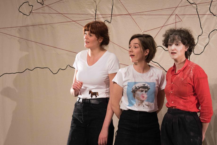 Drie Griekse verhalen door drie vrouwen in (min of meer) drie kwartier - Sara Haeck, Lola Bogaert, Yinka Kuitenbrouwer - kunstencentrum nona © Denis Van Laken