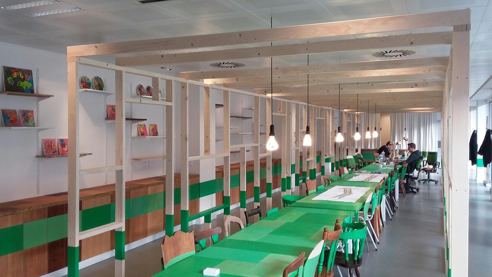 foto infopunt Noorderlijn met doorlopende groene lijn over het meubilair