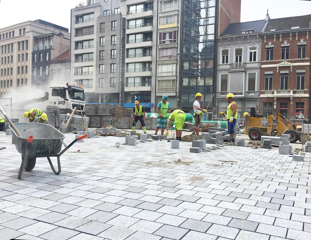 bouwvakkers leggen stenen voor Operaplein