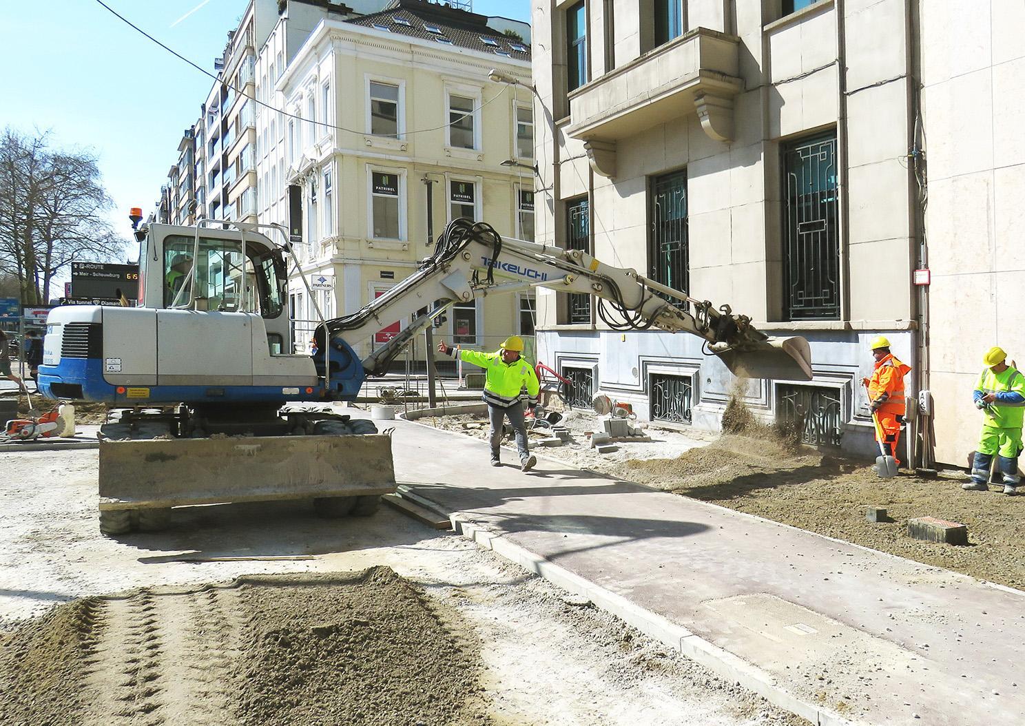 kraan lost zand op de hoek van de Stoopstraat