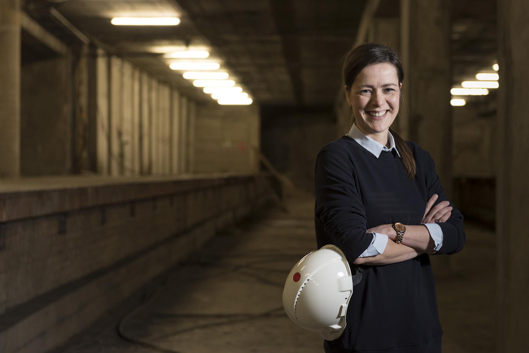 Katrien Gysen staat in de tramtunnel en heeft haar veiligheidshelm vast