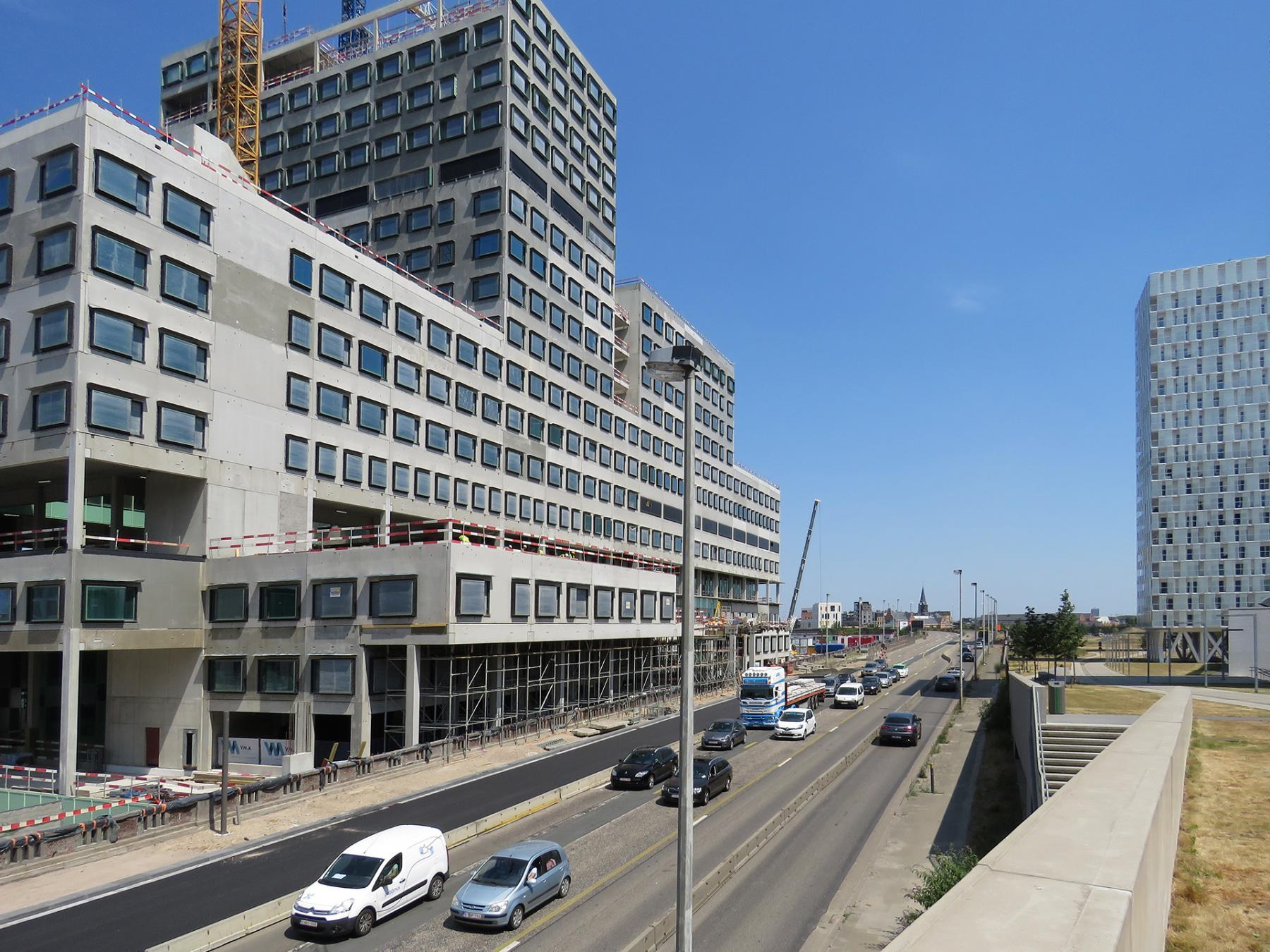 Hardenvoortviaduct met zicht op de werf van het nieuwe ZNA ziekenhuis