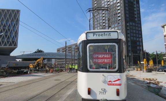 tram maakt proefrit met zicht op Londen Tower en parkbrug