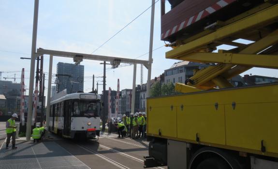 proefrit tram  met bovenleidinswagen aan londenstraat