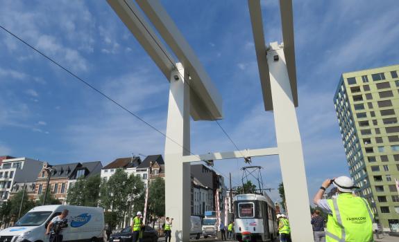 tram rijdt over Londenbrug met technische medewerker