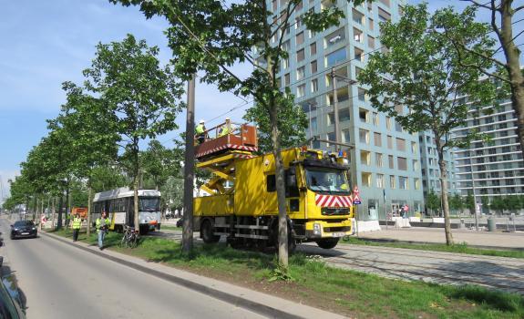 Bovenleidingswagen met testtram 70 in Amsterdamstraat
