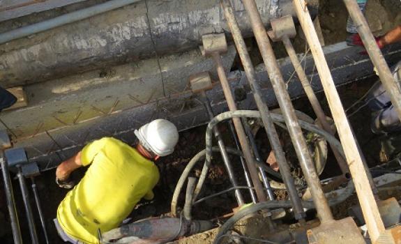 Foto van een man aan het werk in de sleuf