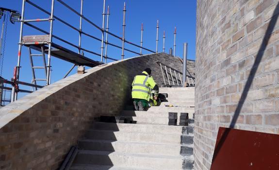 foto van een man aan het werk op de trap naar het uitzichtpunt