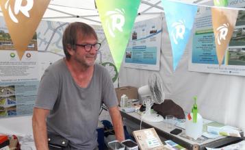Gie Reijniers in de infostand van Ringland op Sfinks Mundial.