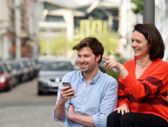 Sven en Katelijne tellen het verkeer met de tel-tool.