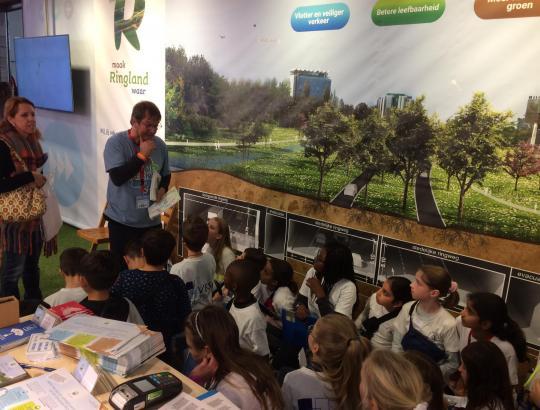 Gie vertelt leerlingen op de Boekenbeurs over Ringland.