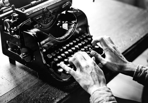 Persoon typt op typemachine