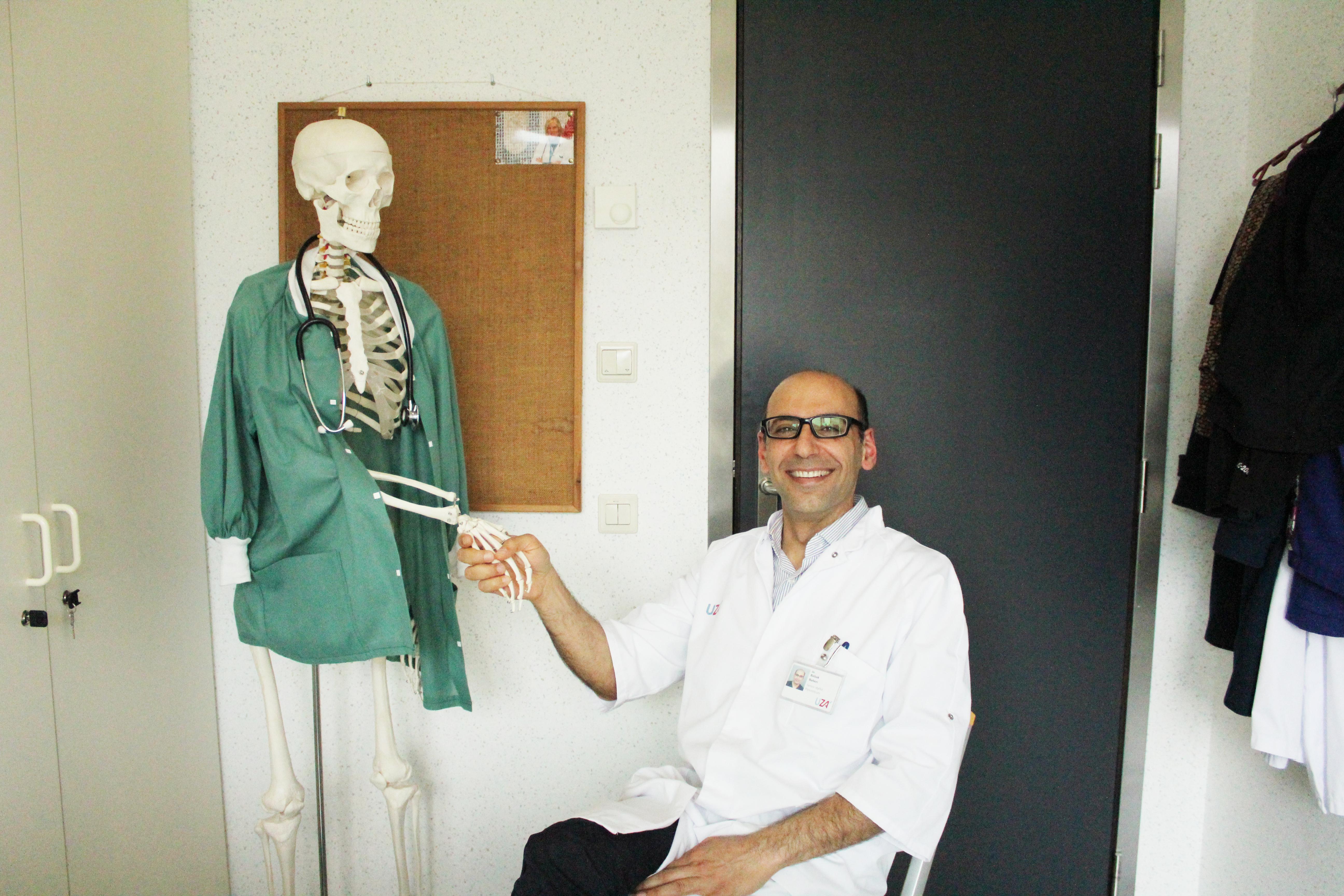 Dokter naast een skelet