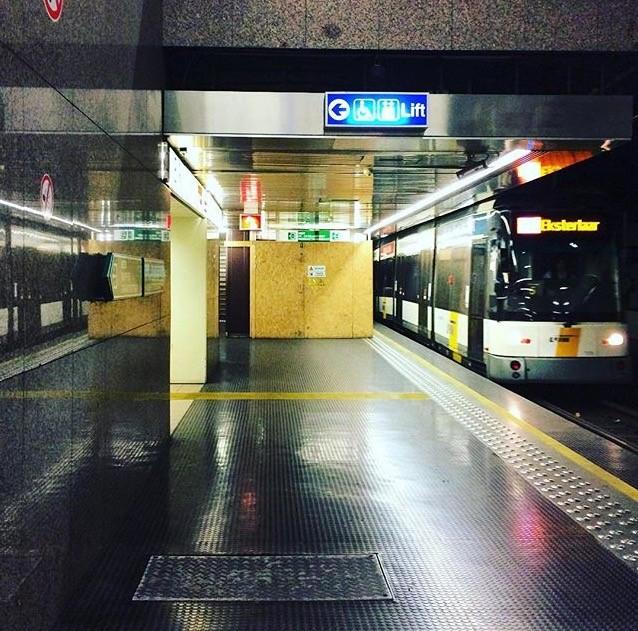 Tram in een metrostation