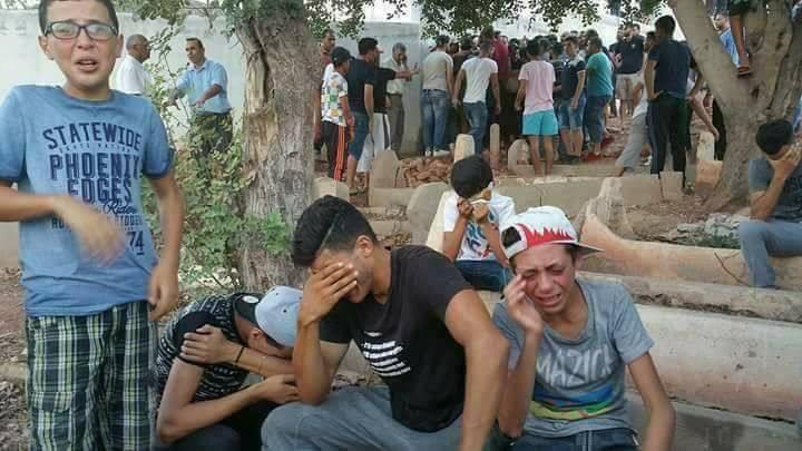 Abderrahman El Aazri is één van de jongens op de foto. Hij zat enkele maanden vast nadat deze foto op social media werd verspreid. De foto is getrokken op 9 augustus na de begrafenis van zijn buurjongen Imad.