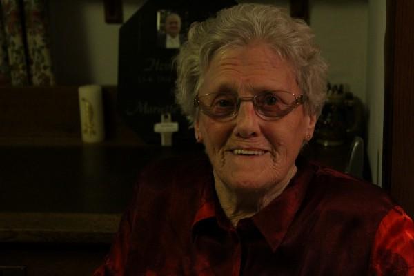Mariette is een plantrekker, maar is net als vele ouderen afhankelijk van haar kinderen wat betreft betalingen en belastingbrieven. ©Lars Aussems
