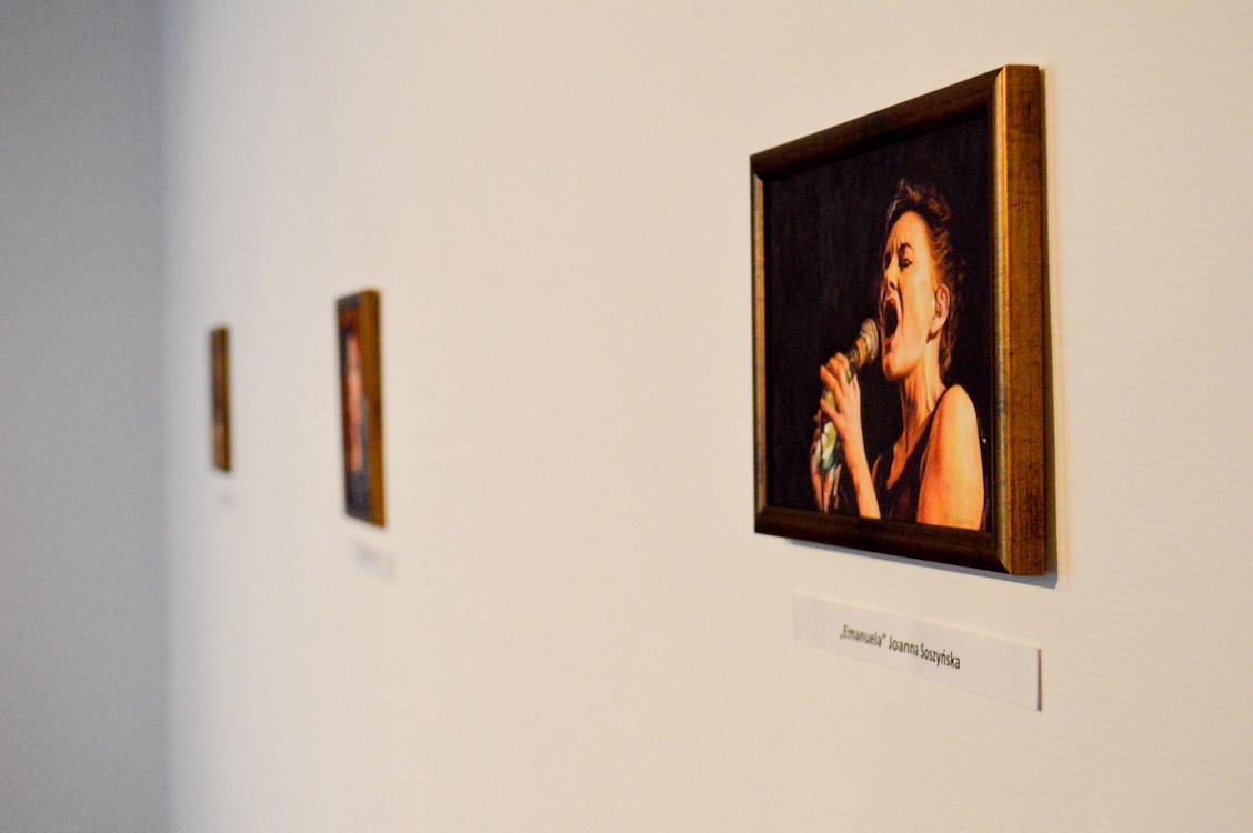 Soszyńska probeert bestaande foto's zo realistisch mogelijk na te maken.