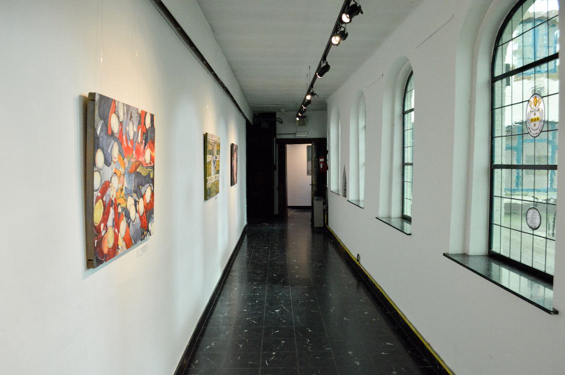 De kloostergangen van het cultureel centrum vormen het decor voor de expositie. (Foto © Jesse Oyen)