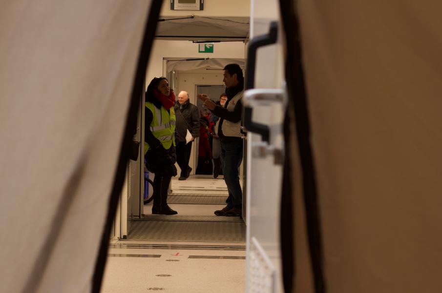 Bezoekers in containers Artsen Zonder Grenzen in Brussel