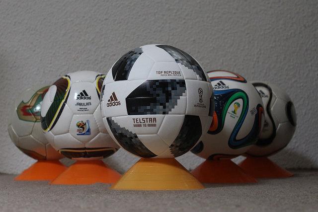 De ballen van de afgelopen WK's, met in het midden de nieuwste