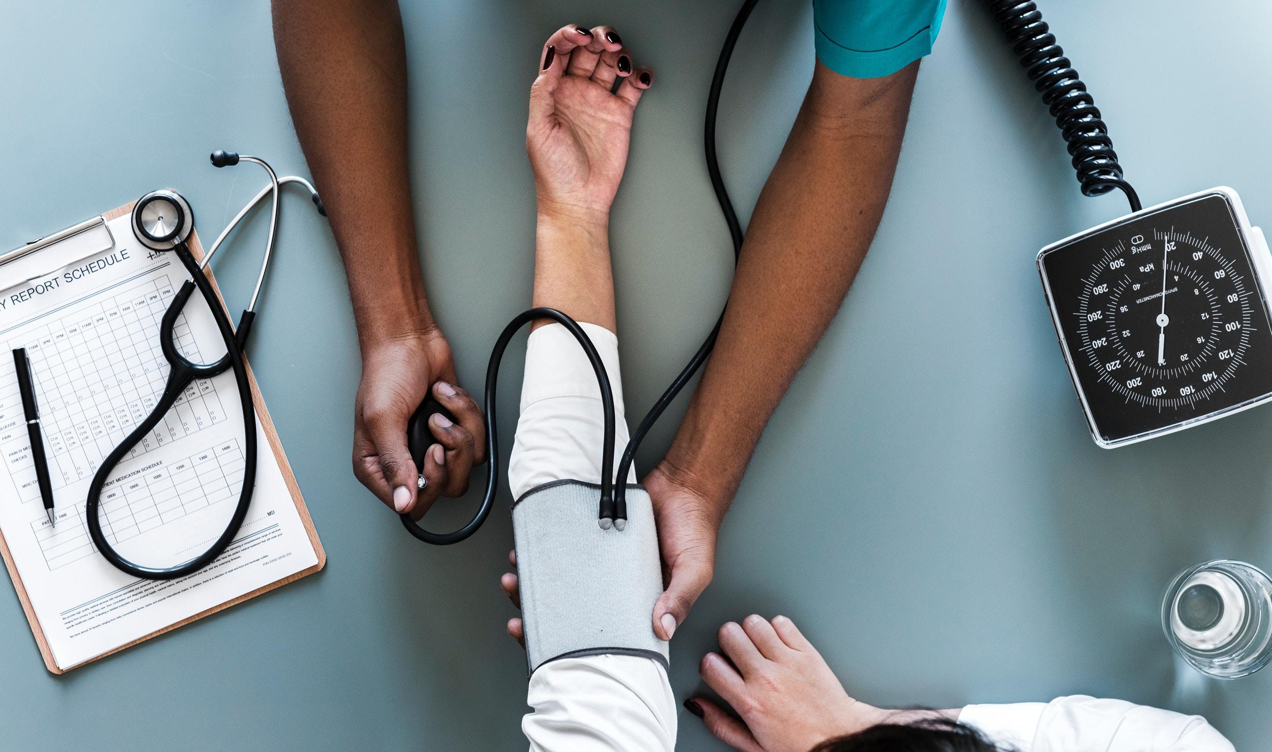 Dokter meet de bloeddruk van een patiënt