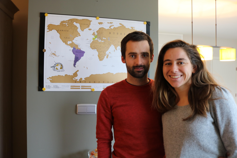 Olivier Van Herck en Zoë Agasi gaven deze wereldkaart aan Oliviers ouders. Ze kunnen elk bezocht land wegkrassen. @ Mine Swusten