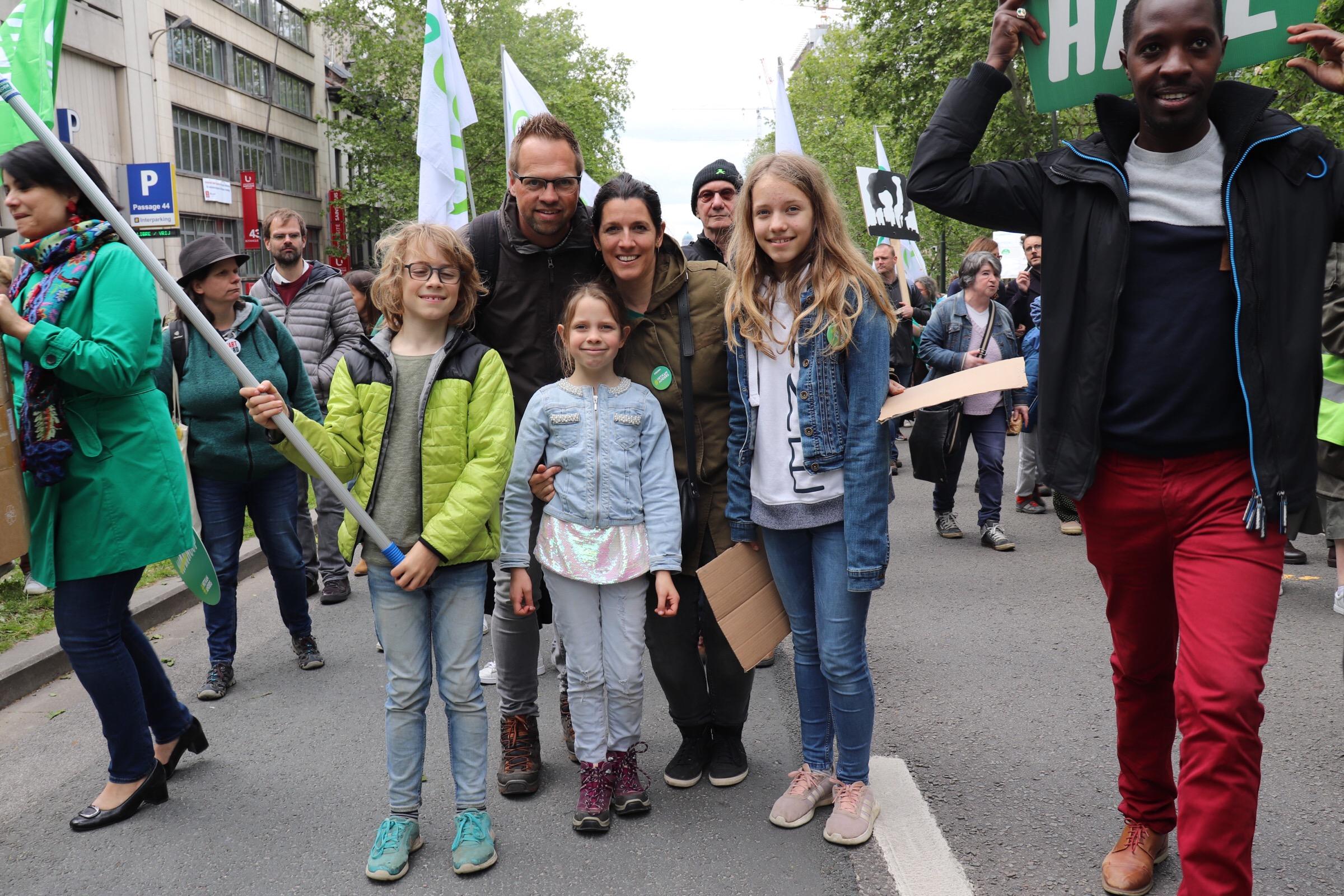 Gezin met kinderen op de betoging