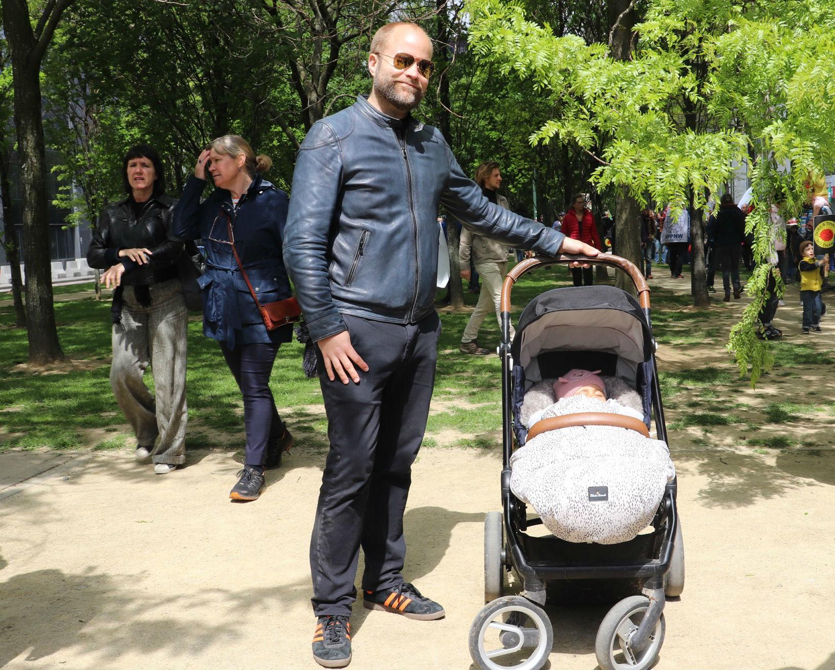 Vader op de betoging met babydochter in de buggy