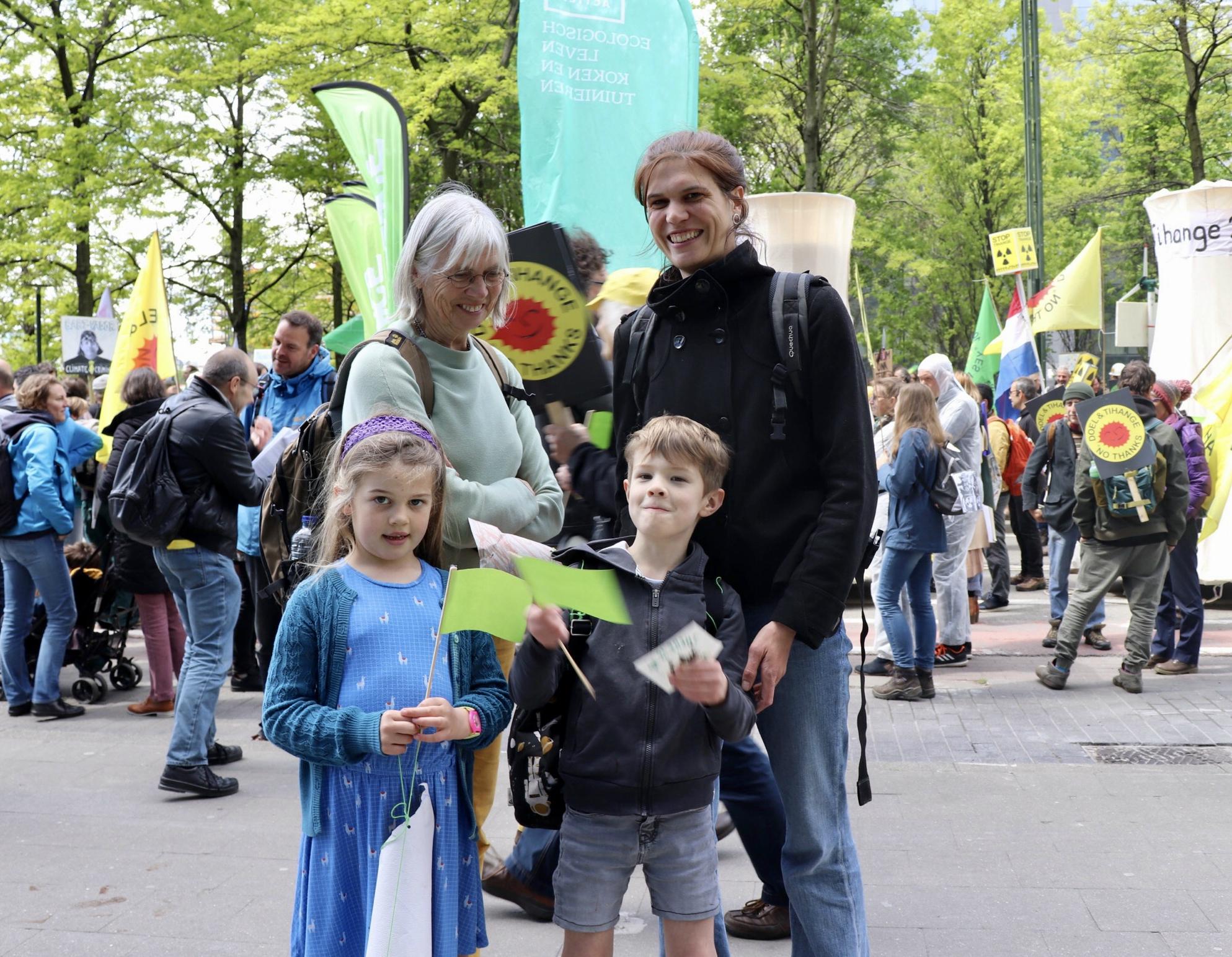 Moeder met dochter en haar neefje op de betoging