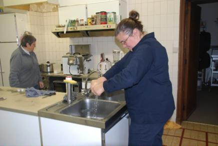 Vrouw werkt in de keuken