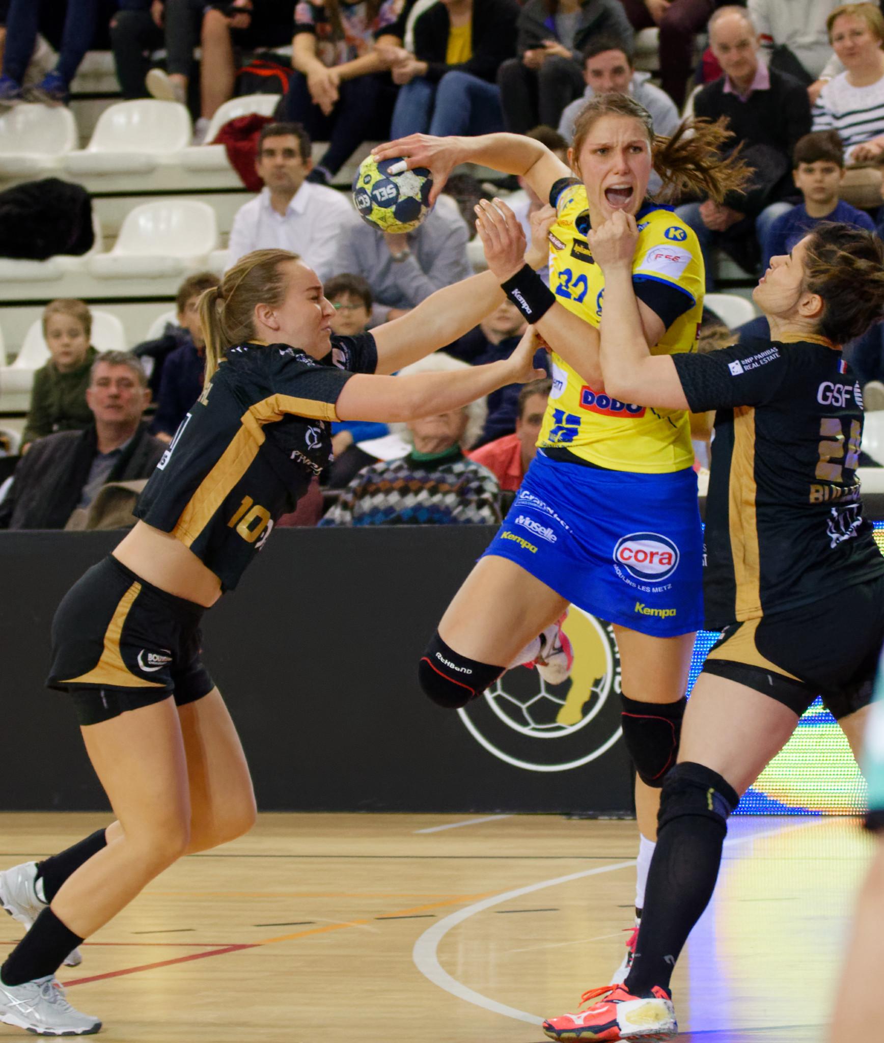 Handbalster Xenia Smits in actie